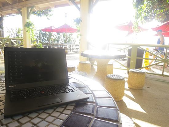 ビーチ近くのカフェから記事を更新してます