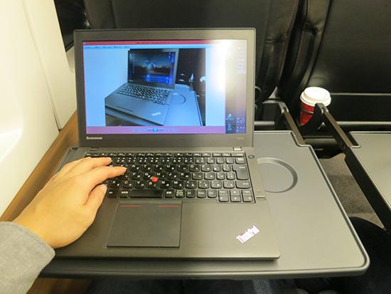 成田エクスプレス グリーン車はテーブルが手前にスライドできるのでパソコン作業が快適