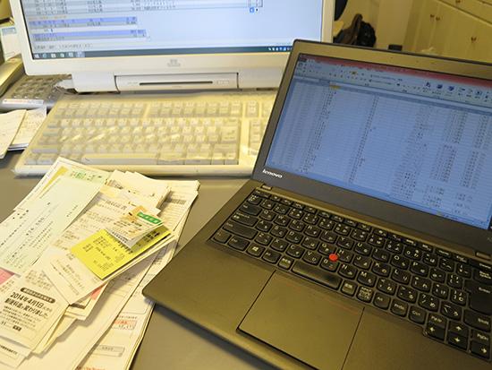 手入力する領収書はデスクトップパソコンでデータ作成はThinkPad X240sで確定申告