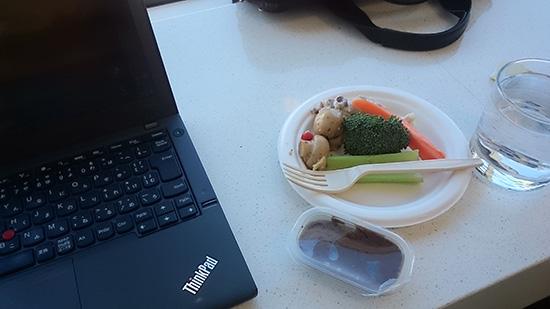 デルタスカイラウンジで軽食をとりながらお仕事中