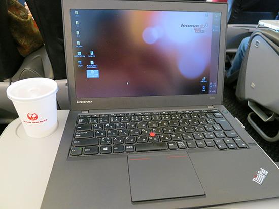 出張中の飛行機内でThinkPad