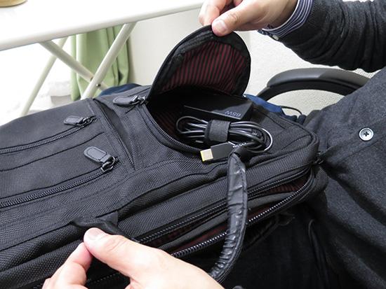 ThinkPad 65W トラベルACアダプターをおもむろにカバンのバッグに入れ始めた