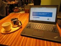 表参道ヒルズ内のおしゃれなカフェでThinkPad X250を開く