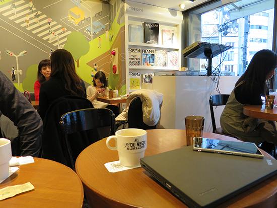 外苑前のカフェ サイン 店内はほぼ女性