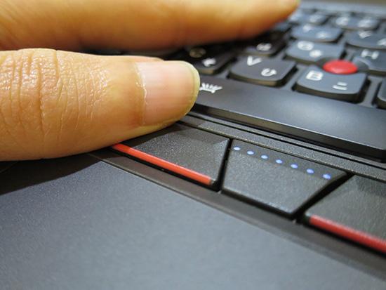 ThinkPad X250のクリックボタン 左の親指がちょうどやまにひっかかって押しやすい