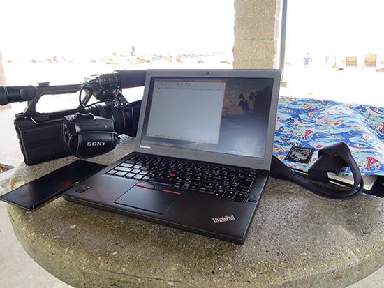 ワイキキビーチの日陰にてThinkPad X250