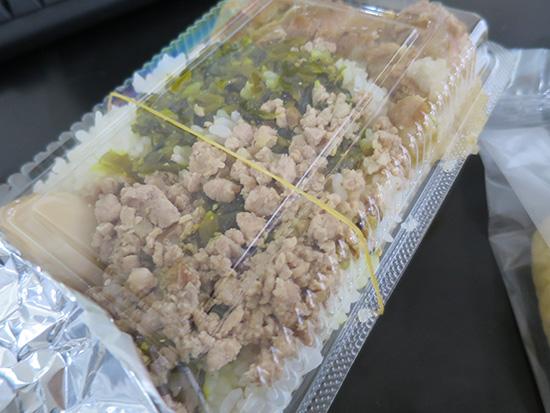 秀味園の魯肉飯は安っぽいパックに入ってるけど味は確か