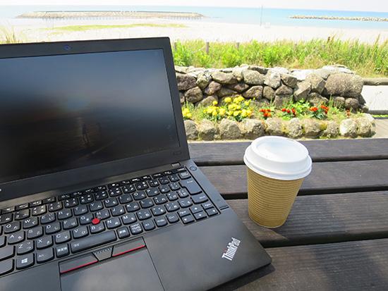 ThinkPad X250を海辺のベンチに座って開いたコーヒーがおいしい