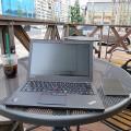 Thinkpad X250を開いてカフェのテラス席で一人会議