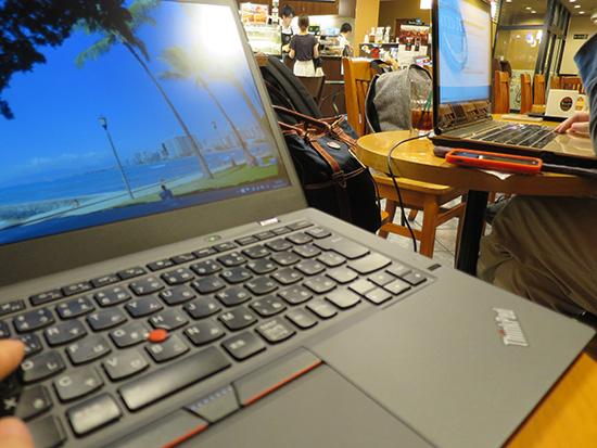 14インチのThinkPad X1 Caronの隣には NECの15インチノートパソコン
