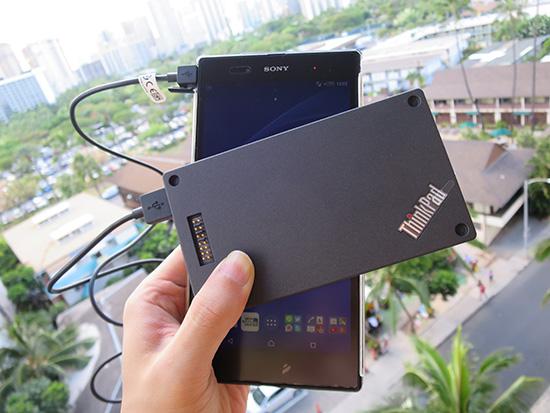 ThinkPad Stackパワーバンクでスマホを充電中