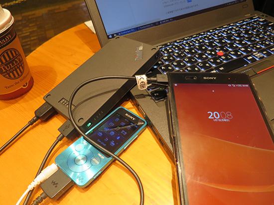 ThinkPad Stack 10000mAh パワーバンクでウォークマンとスマホを充電中
