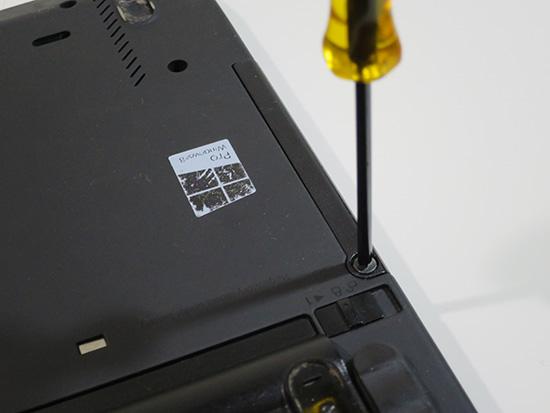 ThinkPad X230 のHDDはドライバー1本で簡単に取り外せる
