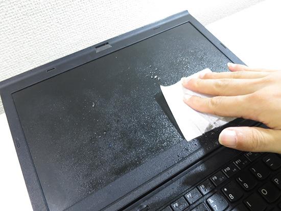 液晶クリーナ液をかけて毛羽立たない不織布で汚れを落とす