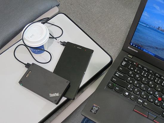 Thinkpad Stack 1000mahパワーバンクでスマホを充電中