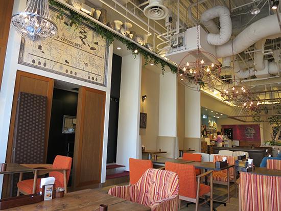 天井の高いカフェで仕事の打ち合わせ