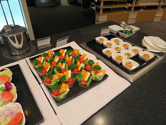 デルタのスカイクラブ ラウンジでサラダなどの軽食とドリンクがいただける