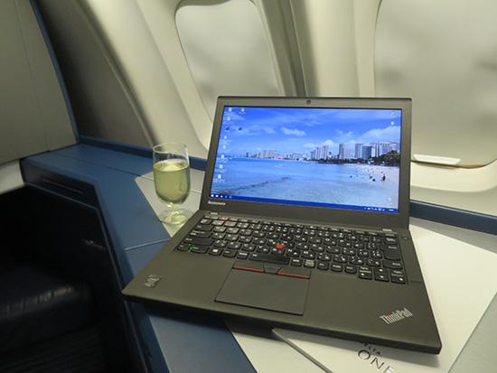 デルタ空港 ハワイ行きビジネスクラスでThinkpad X250と乾杯