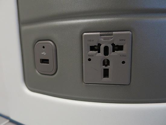 デルタ ビジネスクラス 電源も確保できるのでパソコン仕事に最適