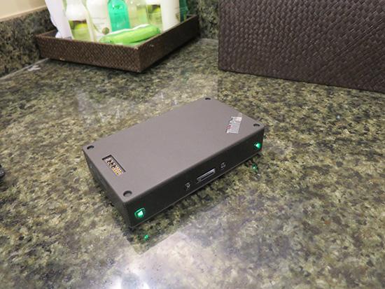 ドレッサーの上でThinkPad Stack ブルートゥーススピーカー