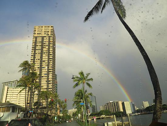 ホノルル空港に向かう途中タクシーから虹が見えた