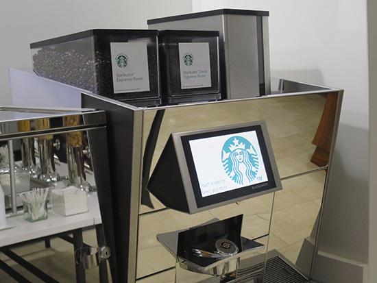 ホノルル空港デルタスカイクラブラウンジにスタバのコーヒーマシンが