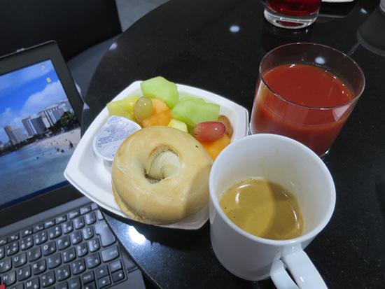 ホノルル空港デルタスカイクラブラウンジで軽食とダブルエスプレッソ