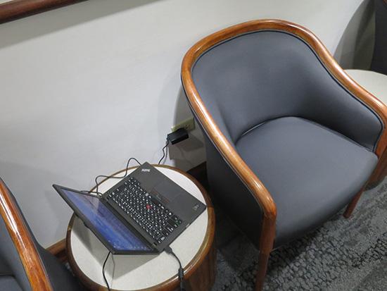 デルタスカイクラブラウンジ ホノルル空港 壁側の座席は電源がとれる