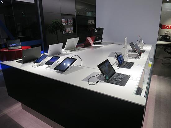 秋葉原のレノボ本社にはThinkPadと並んでNECのノートPCも展示されていた