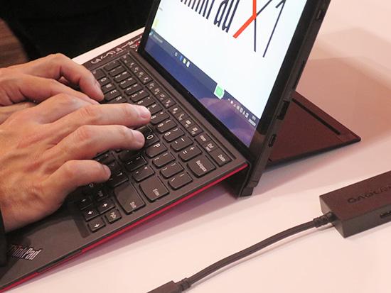 ThinkPad X1 Tablet キーボードを傾けるとさすがにたわむ
