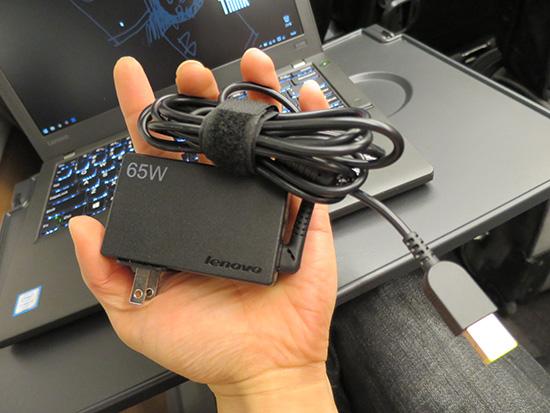 旅先にはレノボ65WトラベルACアダプター 手のひらサイズで使いやすい