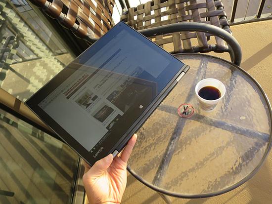 Yoga260のディスプレイ 直射日光が差し込む場所での液晶の視認性