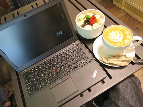 ThinkPad X260をカフェでミディアムラテとアサイボウル