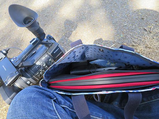 アロハなバッグと業務用カメラ
