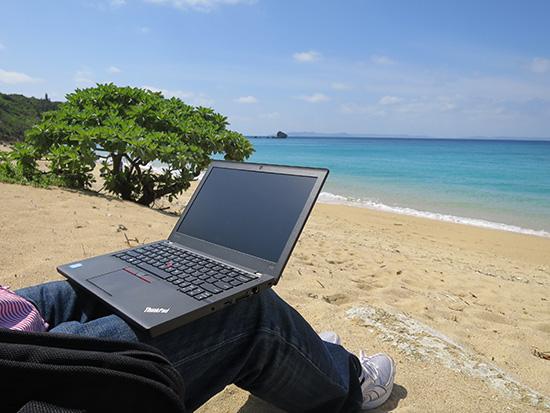 沖縄のビーチで膝の上にX260をおいてみる。