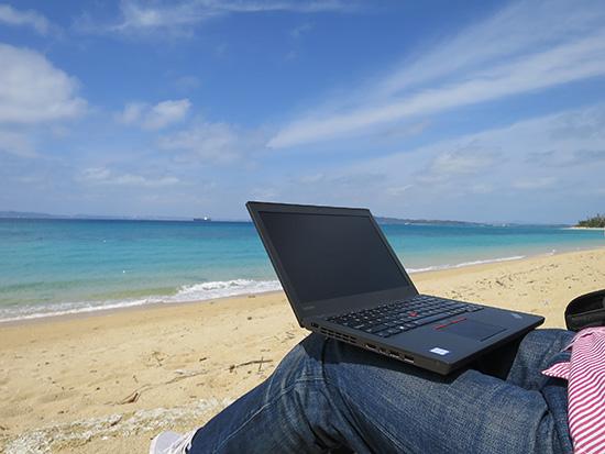 津堅島のビーチでThinkPad X260