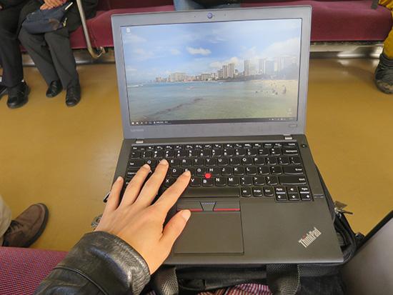 電車内で膝の上にThinkpad X260