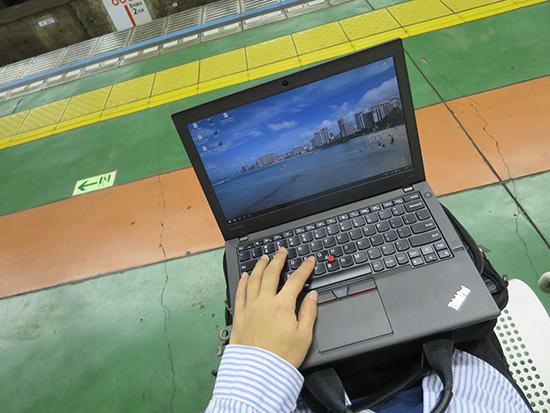 ThinkPad X260 膝の上でもコンパクトに収まる