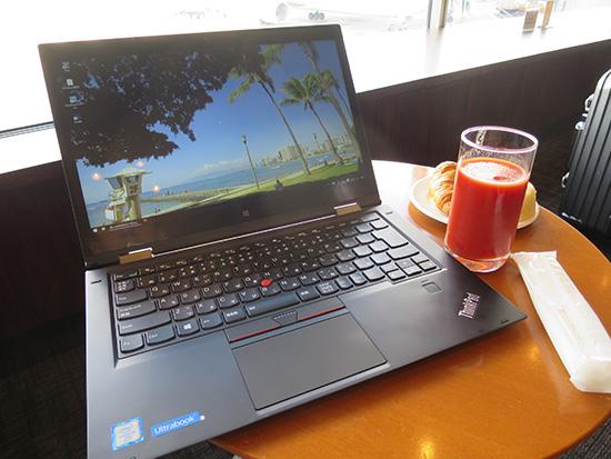 ThinkPad X1 Yoga 羽田空港ラウンジテーブルにのせるとはみ出る