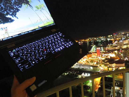 夜景とThinkPad X1 Yogaのキーボードバックライトがきれい