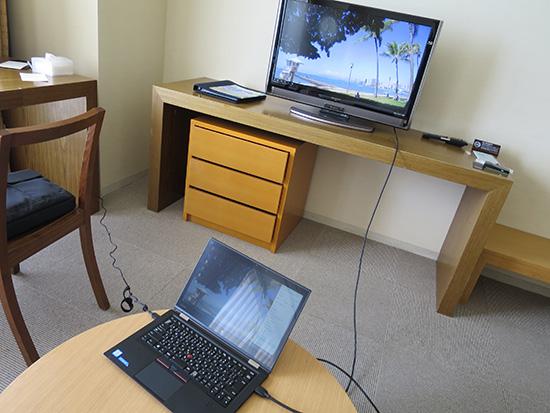 ホテルの部屋でX1 Yogaと テレビをつなげてマルチモニタ