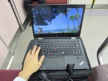 電車内で14インチのThinkPad X1 Yoga 12.5インチのX260に比べると大きい