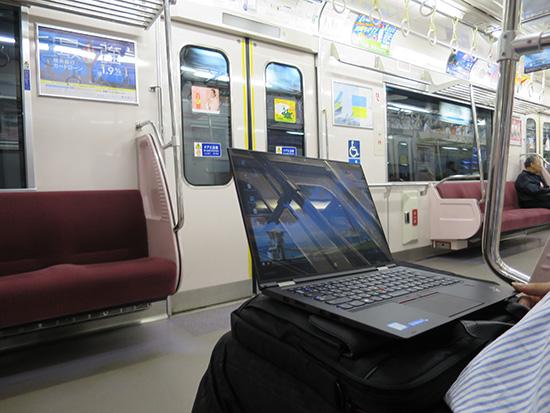 ThinkPad X1 Yoga を膝に乗せて電車内で開く