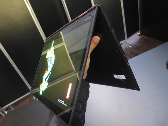 X1 Yoga テントモードにして有機ELディスプレイ