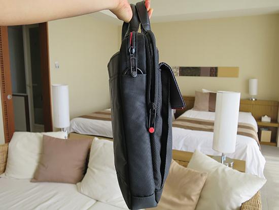 X1 yogaのバッグ 側面はスリムでスタイリッシュ