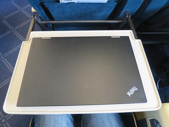 北陸新幹線 グリーン車で のテーブルに X1 Yoga