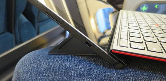 X1 tablet キーボードに傾斜をつけると膝の上でも作業しやすくなる
