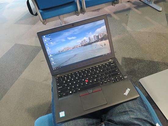 ThinkPad X260 新千歳空港 膝の上で使う