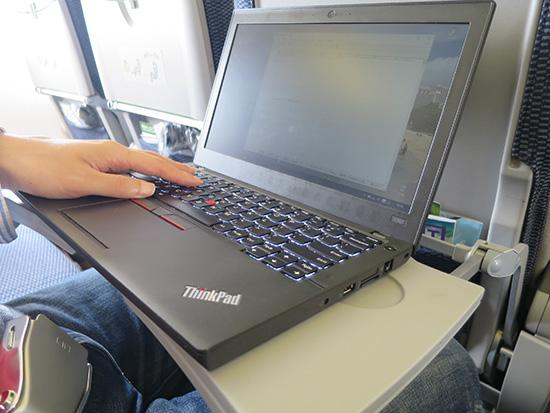 飛行機内のテーブルでPC仕事をするなら何インチ?