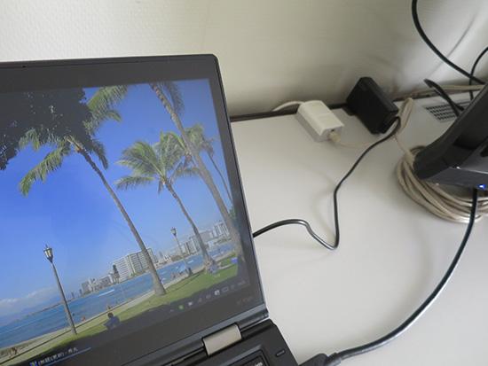 ホテルの卓上で65WトラベルACアダプタとThinkPad X1 yoga